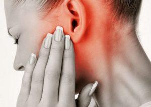 ушная боль у девушки