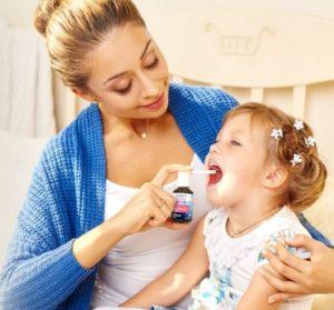 мать лечит ребенка
