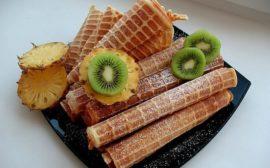 трубочки из вафель с фруктами